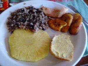 64 desayuno gallo pinto pina pan platano frito