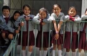 LAS ESTUDIANTES EN LA CERCA GUATEMALA