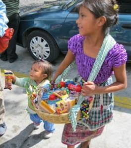 una chica vendiendo GUATEMALA