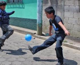 unos ninos jugando futbol GUATEMALA